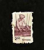 Índia - por volta da década de 1970: Um selo imprimido na Índia mostra artesanal do tear, por volta da década de 1970