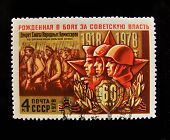 URSS - por volta de 1978: Um selo impresso na USSR mostra soldados soviéticos, por volta de 1978.