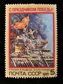 URSS - por volta de 1989: Um selo impresso na bandeira mostra USSR sobre o Reichstag, por volta de 1989.