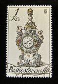 Checoslováquia - por volta de 1979: Um selo impresso nos relógios de porcelana antiga Checoslováquia mostra,