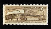 URSS - por volta de 1965: Um selo impresso em mostra a USSR Moscovo do metro