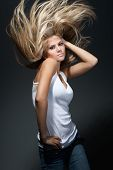 Hermosa chica con gran pelo fly-away