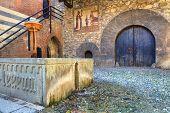 Patio interior del Castillo Medieval de Valentino (aka Castello del Valentino) con puerta de madera antigua, s