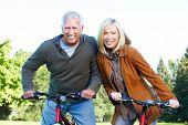 Ciclista feliz casal sênior. Lifestile saudável.