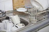Pouco de detergente na pia da cozinha escritório