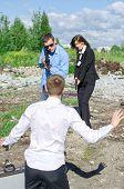 Dos agentes del Fbi realizan el arresto de un delincuente con el arma