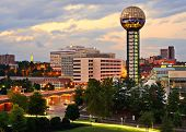 Skyline del centro de Knoxville, Tennessee, Estados Unidos.