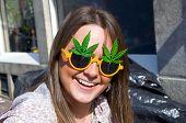 menina sorridente em óculos de sol