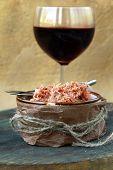 Paté de carne de pato chicharrones de pato con una copa de vino