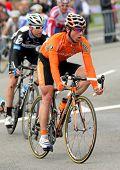 BARCELONA, España - 27 de marzo: el ciclista español del Euskaltel Euskadi Alan Perez Lezaun paseos con el paquete
