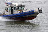 Barco patrulla de la policía