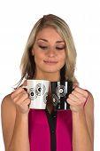 Junge Frau Lächeln halten zwei Tassen