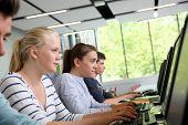 Grupo de alunos na sala de computadores