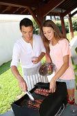 Par cocinar carne en el asador en casa