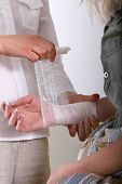 Aplicação de bandagem para as axilas