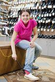 Frau versucht Schuhe Größe