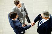 Bild von Unternehmen Partner Handshake nach dem schlagen sich mit intelligente Frau in der Nähe von