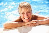 Senior Woman Spaß im Pool
