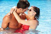 Paar Spaß im Pool
