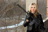 Menina com medo com um Rifle