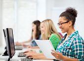 conceito de educação - estudante Africano com computador estudando na escola
