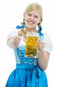 Garota da Oktoberfest Dirndl detém a caneca de cerveja Oktoberfest