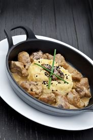 picture of morels  - Sweetbreads morels and cream in a dish - JPG