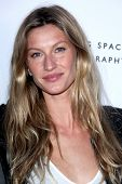 LOS ANGELES - MAY 19:  Gisele Bundchen arriving at the Opening Night of the Beauty Culture Exhibit a