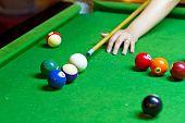 Jugando al billar en mesa verde