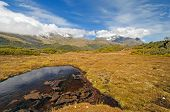 Wiese und Berge auf einem Remote-Plateau