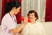 Terapeuta ajudando Senior Home