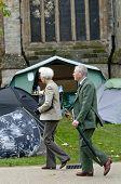 Leute spazierten Vergangenheit beschäftigen Exeter Lager tagsüber Gedenken