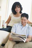 Постер, плакат: Пары расслабляющий с газетой и улыбается