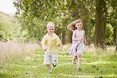 zwei junge Kinder auf Pfad lächelnd ausgeführt