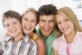 Familien in Wohnzimmer lächelnd