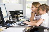 jungen und Mädchen in home Office with Computer lächelnd