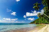 Playa y aguas color turquesa