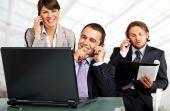 erfolgreiches Team Telefone und laptop