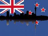 Auckland Skyline reflektiert auf Neuseeland Flagge JPG