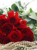 Close-up van een dozijn rozen en parels