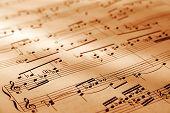 Hoja de símbolo musical con una iluminación cálida