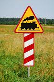 Gevaar spoor kruising teken vooruit. Gele railroad tracks teken.