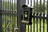 oude postvak vast aan de metalen hek