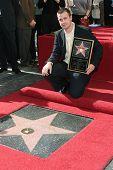LOS ANGELES, CA - DEC 14: Freddie Prinze Jr. in einer Zeremonie, wo Freddie Prinze mit einem pos geehrt ist