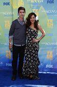 LOS ANGELES - 7 de AUG: Maria Canals-Barrera; David Henrie llegando a los 2011 Teen Choice Awards en