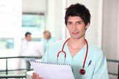 Médico do hospital jovem verificação de notas