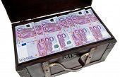 eine große Brust mit Euro-Banknoten. finanzielle Krise, Krise, Schulden.