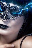 Постер, плакат: Иератическое и красивая женщина с Венецианской маски синий дым из глаз