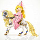 Bella princesa en un caballo blanco con una melena dorada en mazo