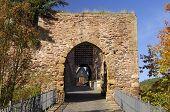 Puerta de piedra con un rastrillo
